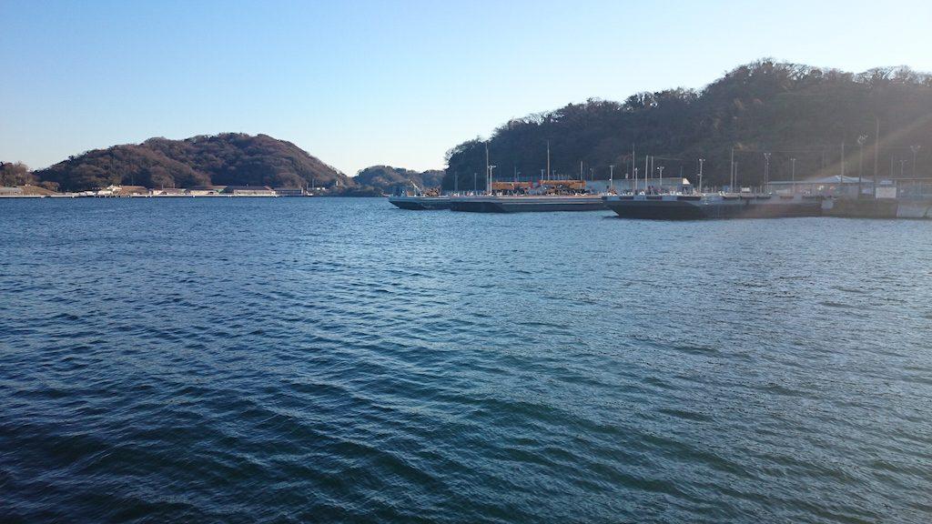 横須賀海辺つり公園強風により、深浦湾へ。北風に強い釣り場ですが寒い。